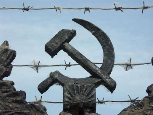 hammer_sickle_barbed_wire_g